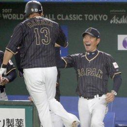 勝ち越し本塁打の中田を出迎える小久保監督