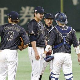 小林(右)のサインに何度もクビを振っていた菅野(中)/(C)日刊ゲンダイ