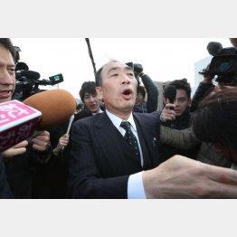 報道陣もケチョンケチョン(C)日刊ゲンダイ