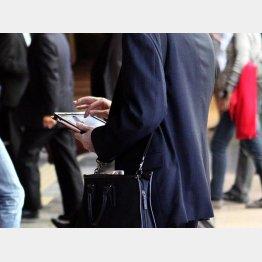 SIMはスマホや携帯、タブレットに必要なICチップカード(C)日刊ゲンダイ
