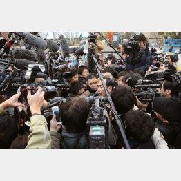 報道陣150人が取り囲んだ(C)日刊ゲンダイ