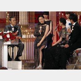 今年の日本アカデミー賞では椅子が用意された(C)日刊ゲンダイ