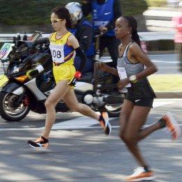 25キロすぎでトップを争う安藤(左)とキルワ(C)共同通信社