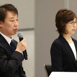 記者会見を行った南場智子会長(右)と守安功社長