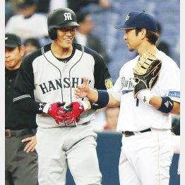 一回にヒットを放った糸井は元同僚の中島と談笑(C)日刊ゲンダイ