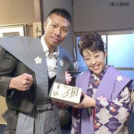 16年2月の「節分会」で元ボクシング世界チャンピオンの内山高志選手と/(提供写真)