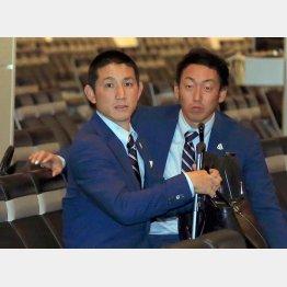 決勝Tに向けてアメリカに出発した侍ジャパンの小林捕手(右は平野投手)/(C)日刊ゲンダイ