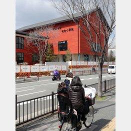 この異様な色の校舎が廃墟になったら…(C)日刊ゲンダイ