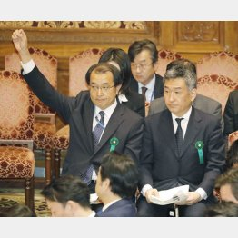挙手する迫田国税庁長官と武内財務相国際局長(C)日刊ゲンダイ