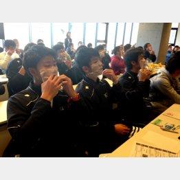 「就活身だしなみセミナー」に参加する男子学生(提供)マンダム