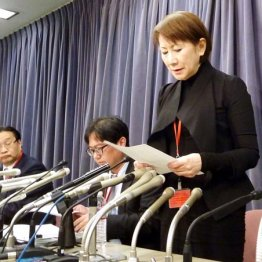 記者会見で謝罪する「てるみくらぶ」の山田千賀子社長