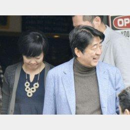 表情には明らかな温度差が…(2日、富士河口湖町で)/(C)共同通信社
