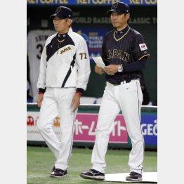 投手交代で小久保監督(右)とベンチを出る(C)日刊ゲンダイ