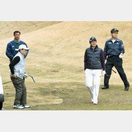 小雨のなか…(左2人目からドトールの鳥羽氏、安倍首相、AOKIの青木氏)/(C)日刊ゲンダイ