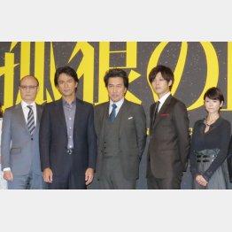 (左から)石橋蓮司、江口洋介、役所広司、松坂桃李、真木よう子(C)日刊ゲンダイ