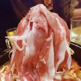 コスパ最高 肉のタワーを崩して煮込む「BOSS豚」の紅白鍋
