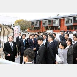 校舎の建設工事は完成目前でストップ…(C)日刊ゲンダイ