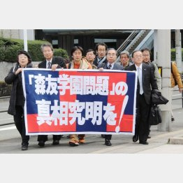 森友学園問題で大阪地検へ告発状の提出に向かう市民ら(C)共同通信社
