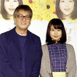 主演の有村架純(右)と脚本の奥田恵和氏(C)日刊ゲンダイ