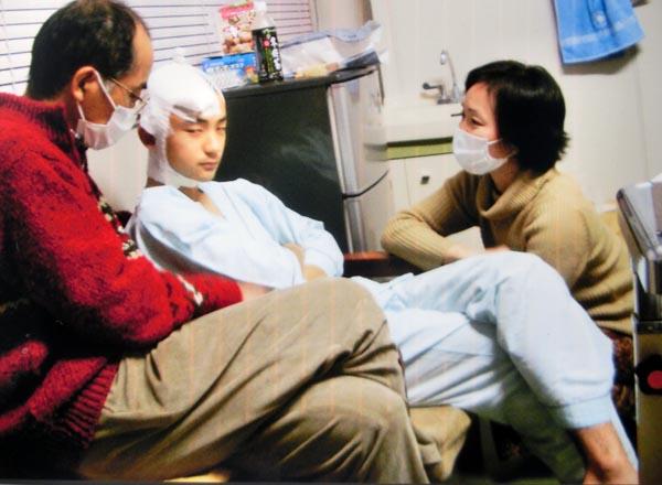 急性硬膜下血腫の後遺症をもつA君と両親(提供写真)