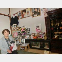 恵さんの遺影を胸に当時を語る母・とも子さん(提供写真)