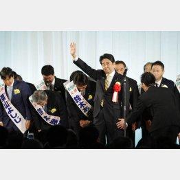 都議選候補を後ろに「まなじりを決して勝ち抜く!」と気勢を上げた安倍首相/(C)日刊ゲンダイ