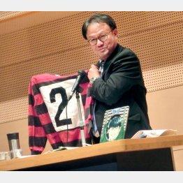 健斗君のジャージーを手に事件を語る父・勝哉さん(提供写真)