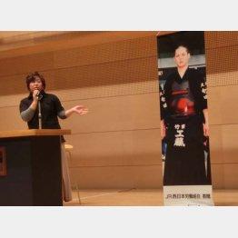 剣太君の等身大写真を横に当時を語る母の奈美さん(提供写真)