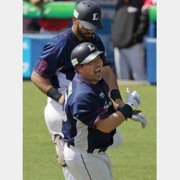 1号本塁打を放った山川はDH、3安打のメヒア(奥)は一塁(C)日刊ゲンダイ