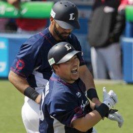 1号本塁打を放った山川はDH、3安打のメヒア(奥)は一塁