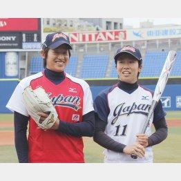 上野由岐子(左)と主将の山田恵里(C)日刊ゲンダイ