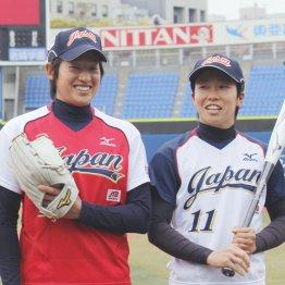 上野由岐子(左)と主将の山田恵里