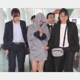 19日朝、タイから羽田空港に到着した山辺容疑者