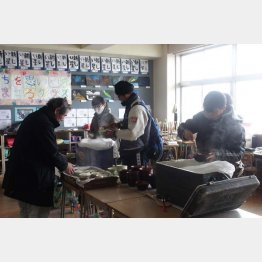 水と食料は避難所などで(2011年3月、宮城県の避難所にて)(C)日刊ゲンダイ