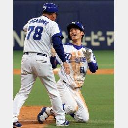 ヘッドスライディングで一塁に滑り込み笑顔(C)日刊ゲンダイ