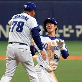 ヘッドスライディングで一塁に滑り込み笑顔