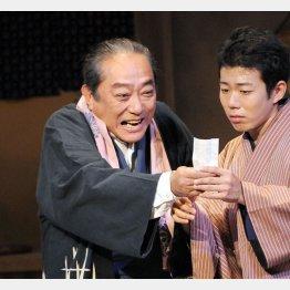 喜劇俳優の渋谷天外さん(左)