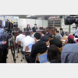 東京地裁に提訴して会見を行った定松夫妻(提供写真)