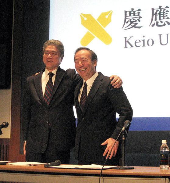 肩を組む長谷山氏(左)と清家塾長(C)日刊ゲンダイ