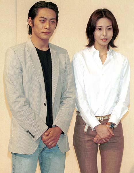 写真は2001年の入籍発表会見(C)日刊ゲンダイ