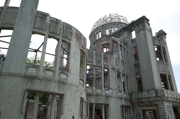平和の象徴・原爆ドーム(C)日刊ゲンダイ