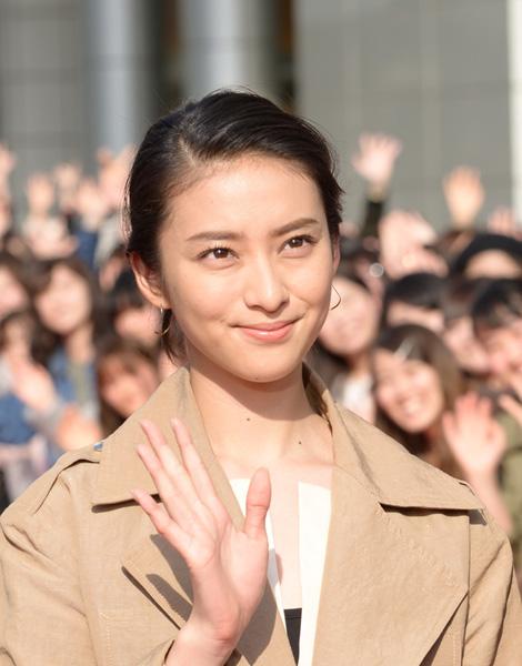 共演の武井咲が演技派に見える(C)日刊ゲンダイ