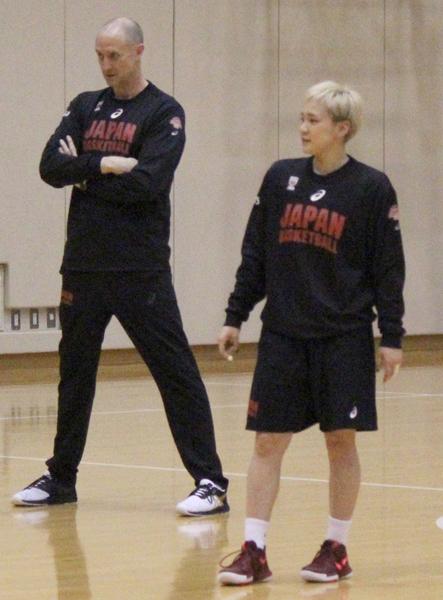 代表合宿に参加した吉田亜沙美(左はトム・ホーバスHC)/(C)日刊ゲンダイ