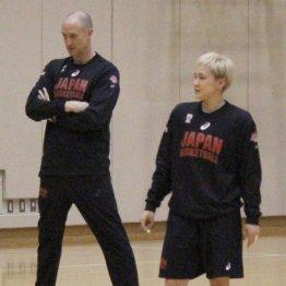 代表合宿に参加した吉田亜沙美(左はトム・ホーバスHC)