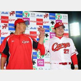 お立ち台で福井(左)と笑顔を見せる会沢(C)日刊ゲンダイ
