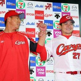 お立ち台で福井(左)と笑顔を見せる会沢