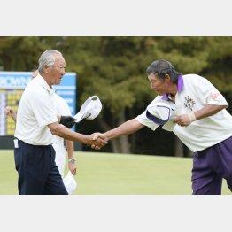 ツアー史上最年長出場記録を更新した青木功(左)とジャンボ尾崎/(C)共同通信社