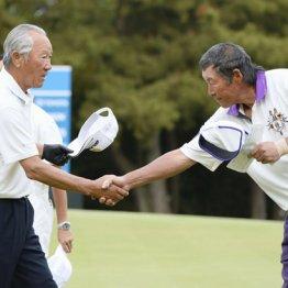 ツアー史上最年長出場記録を更新した青木功(左)とジャンボ尾崎
