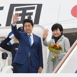 首相にくっついて笑顔で外遊(C)共同通信社