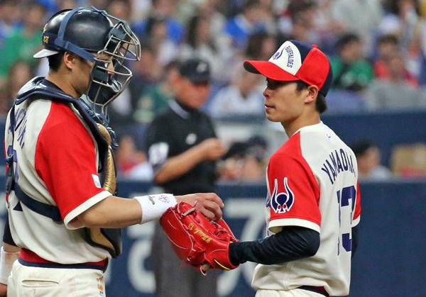 山岡(右)は「焦りはない」と言うものの…(C)日刊ゲンダイ